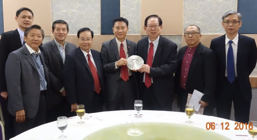 Professor Leonard Cheng (4th from the right) receiving a souvenir from our group leader, Dr. Lim CQ.