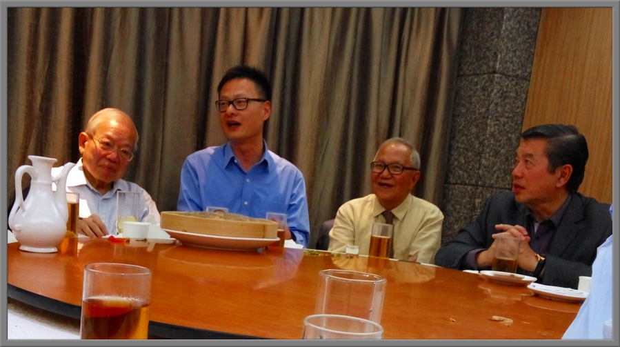 "From the left: Prof Nyaw MK, Prof Simpson Poon (of Institute of Vocational Education, Chai Wan), Mr. Lim Soon Tiong, and Mr. Mok Chek Hou (Deputy Chairman, Board of Governors of Southern University College) during a dinner hosted by Mr. Lim ST where the famous ""大闸蟹"" (lake large crab) was served."